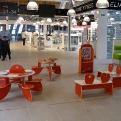 tables pour enfants dans un hall d'aéroport