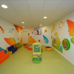 grande aire de jeux intérieur pour enfants dans un hall