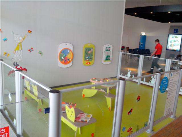 espace aménagé pour enfants dans un aéroport