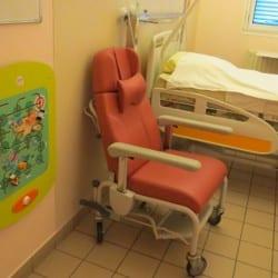 espace enfants dans une chambre d'hôpital