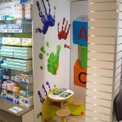 des jeux enfants dans une pharmacie