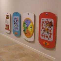 jeux muraux pour enfants dans une salle d'attente